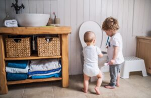 kids-messing-with-toilet